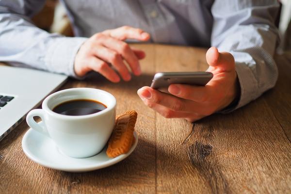 世代を問わず、暇さえあれば携帯でSNSを開いて楽しむ人も