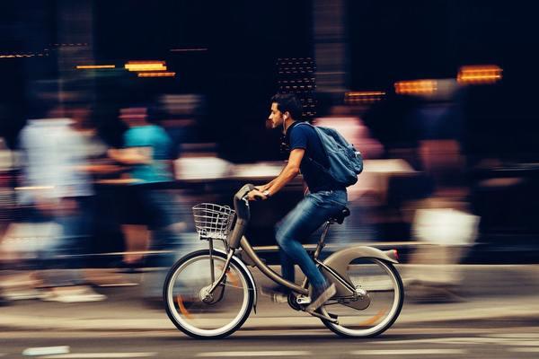 オシャレな自転車で駆け抜けていく人の口にも…?