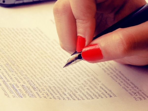 色づいた指先で書かれるキレイな文字にきゅん……