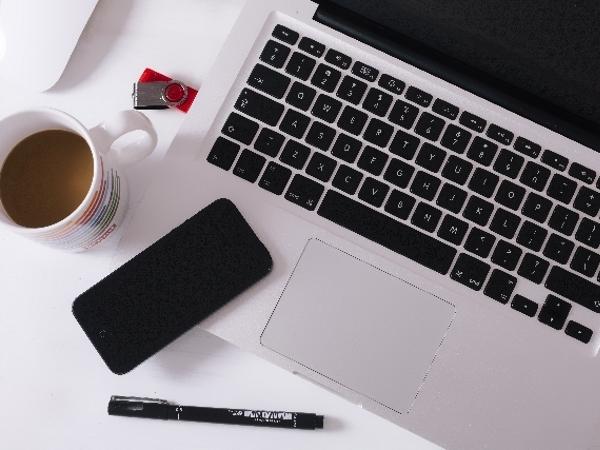 いるいる、カフェでパソコンを使っている人!