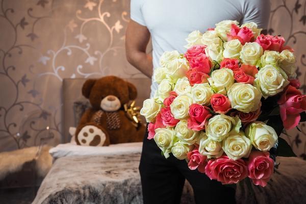 花束を渡して愛の告白…。女性はされてみたいもの!?