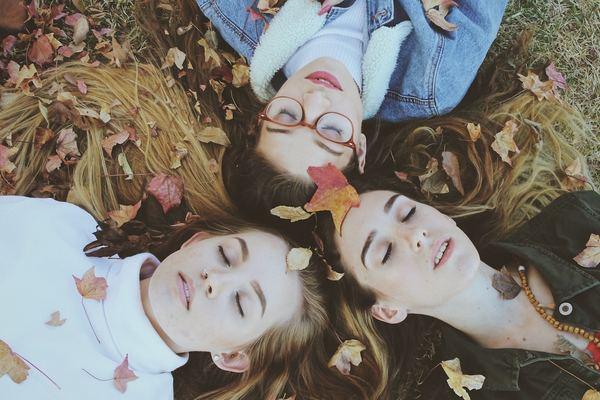 服の色や髪型など、雰囲気を合わせることで仲良し感やグループ感が増す!