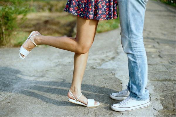 キスのとき片足を後ろに上げる…