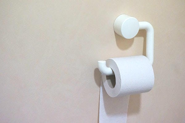 トイレのペーパーホルダーの上にスマホを置き去り……