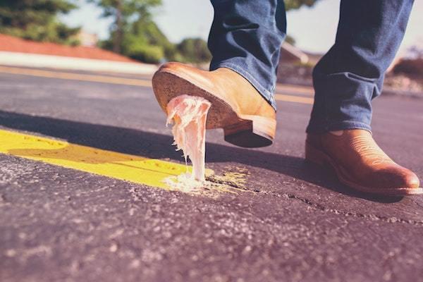 新しい靴のときに限ってガムを踏む…