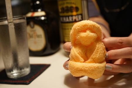 酒席で〝クスッ〟を誘う「大人のおしぼり芸」<巨乳女性の作り方>