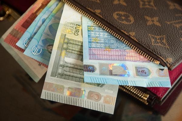 蛇の抜け殻、プリクラ… お金やカード以外で財布に入れているもの
